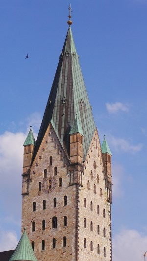 Detektive observieren am Dom in Paderborn.